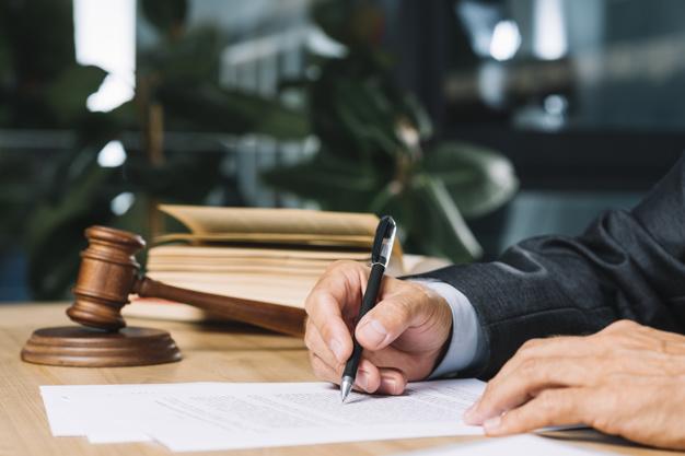 Que fait un avocat en droit d'assurance?